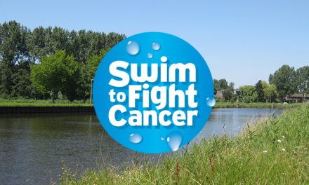 Burgemeester Don Bijl zwemt voor Swim to Fight Cancer